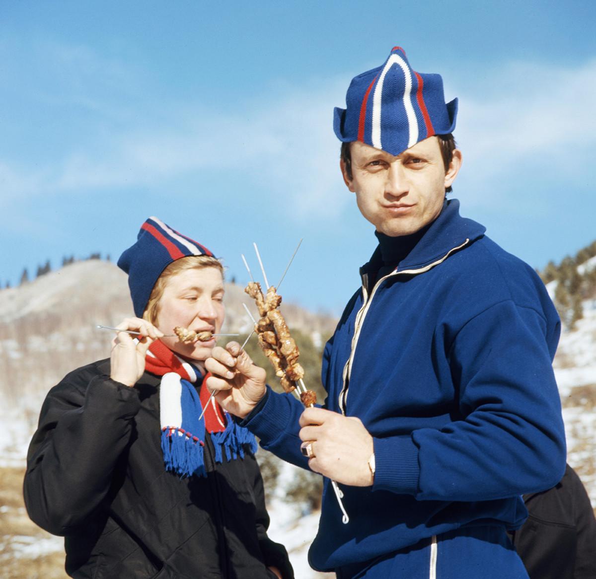Alma-Ata, RSS du Kazakhstan. Les membres de l'équipe nationale de patinage de vitesse de l'URSS Lyudmila Fechina et Valery Kaplan prenant du repos à Medeo. 1970