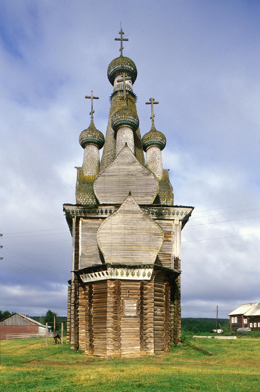 Cerkev ikone Odigitrije. Pogled proti vzhodu z apsido (struktura iz macesnovih hlodov). 1. avgust 2000