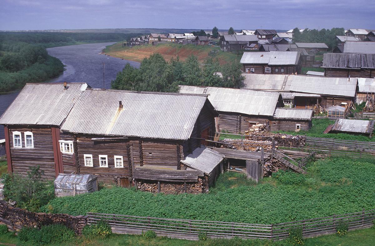Vas Kimža. Pogled proti severu z zvonika cerkve Odigitrije. Levo: hiša Jelene Safonove. V ozadju: reka Kimža. 1. avgust 2000