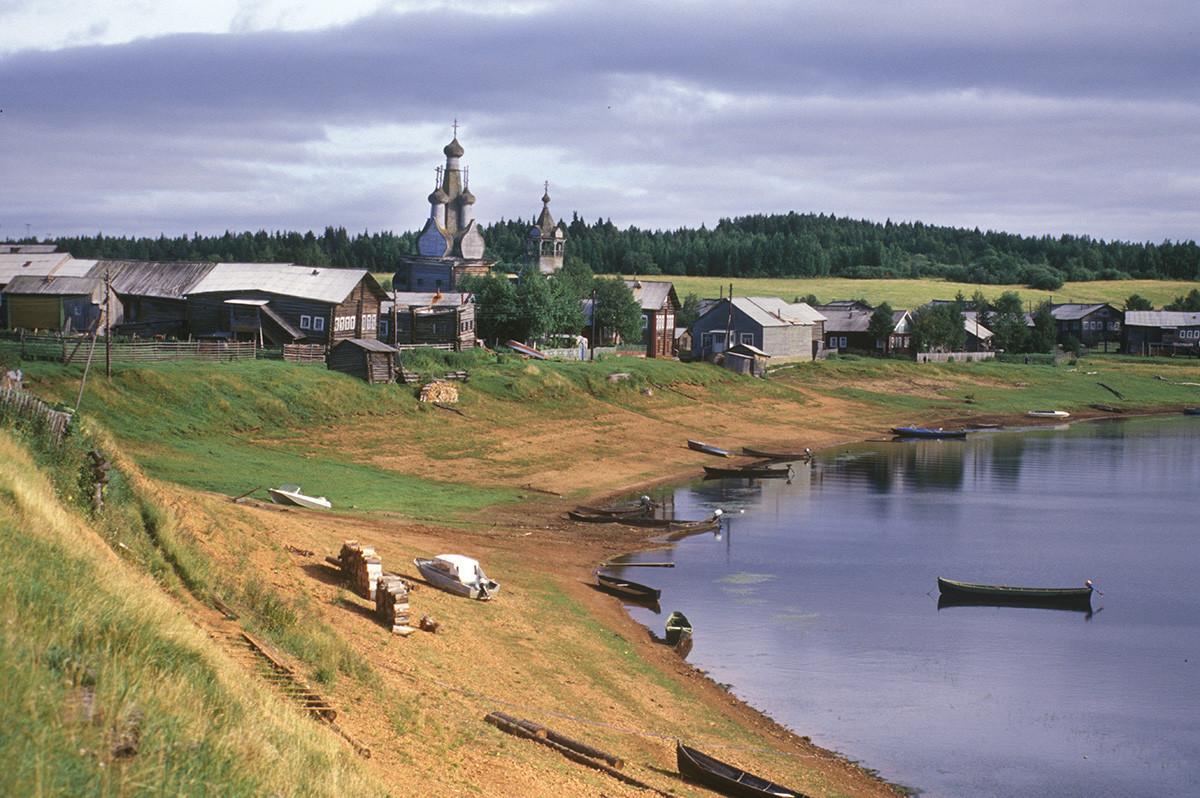 Panorama vasi Kimža z reko Kimža. Pogled proti jugovzhodu proti cerkvi ikone Matere Božje Odigitrije. 2. avgust 2000