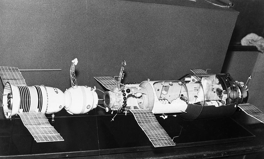 Maquette d'amarrage du vaisseau spatial Soyouz-11 et de la station Saliout1