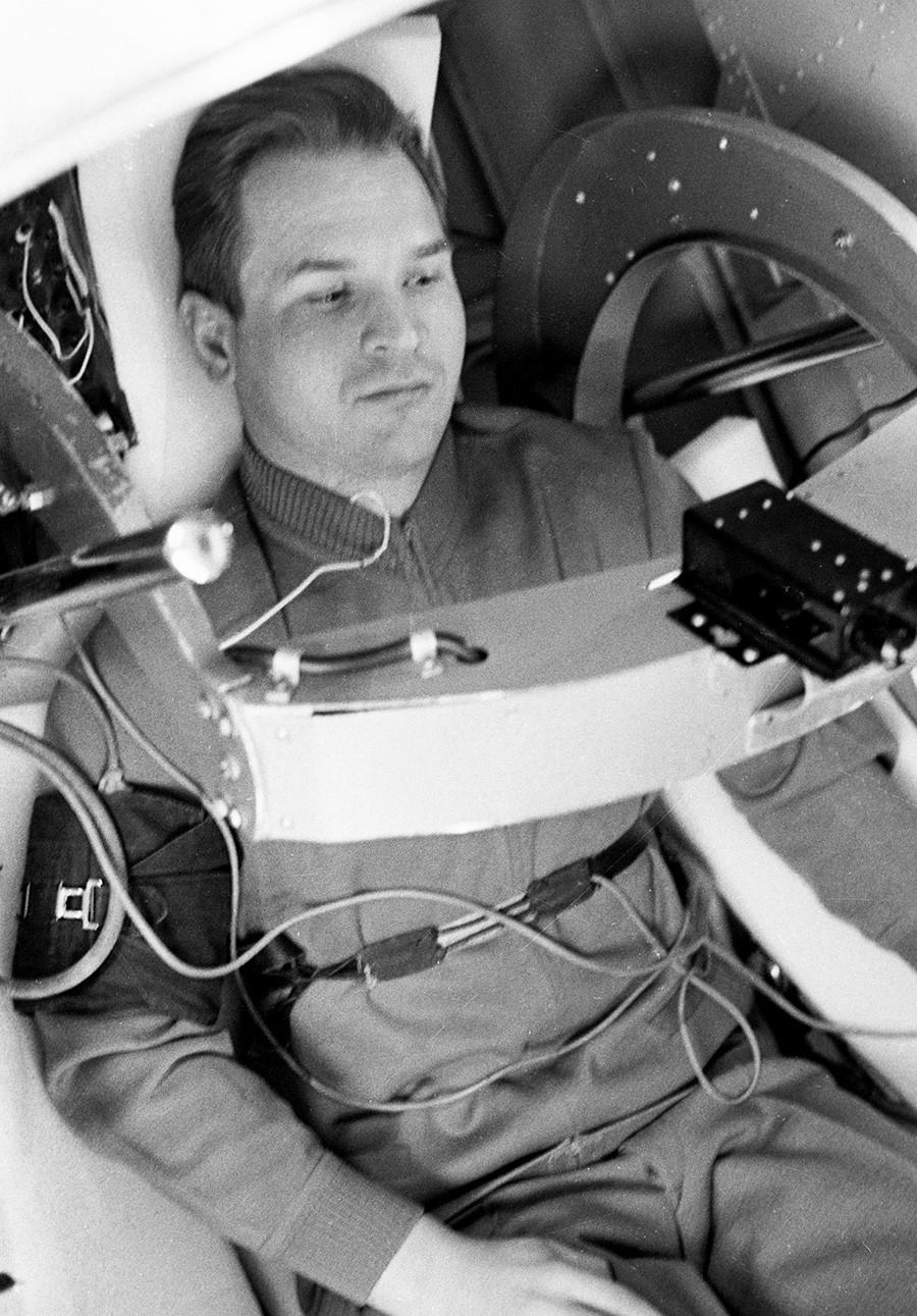 Le cosmonaute soviétique Valeri Koubassov au cours de la formation dans une centrifugeuse