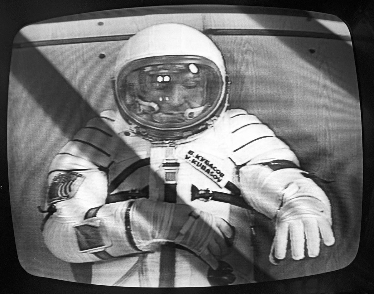 Vol expérimental conjoint du vaisseau spatial Soyouz-Apollo. Le pilote-cosmonaute de l'URSS Valeri Koubassov vérifie la combinaison spatiale avant le vol
