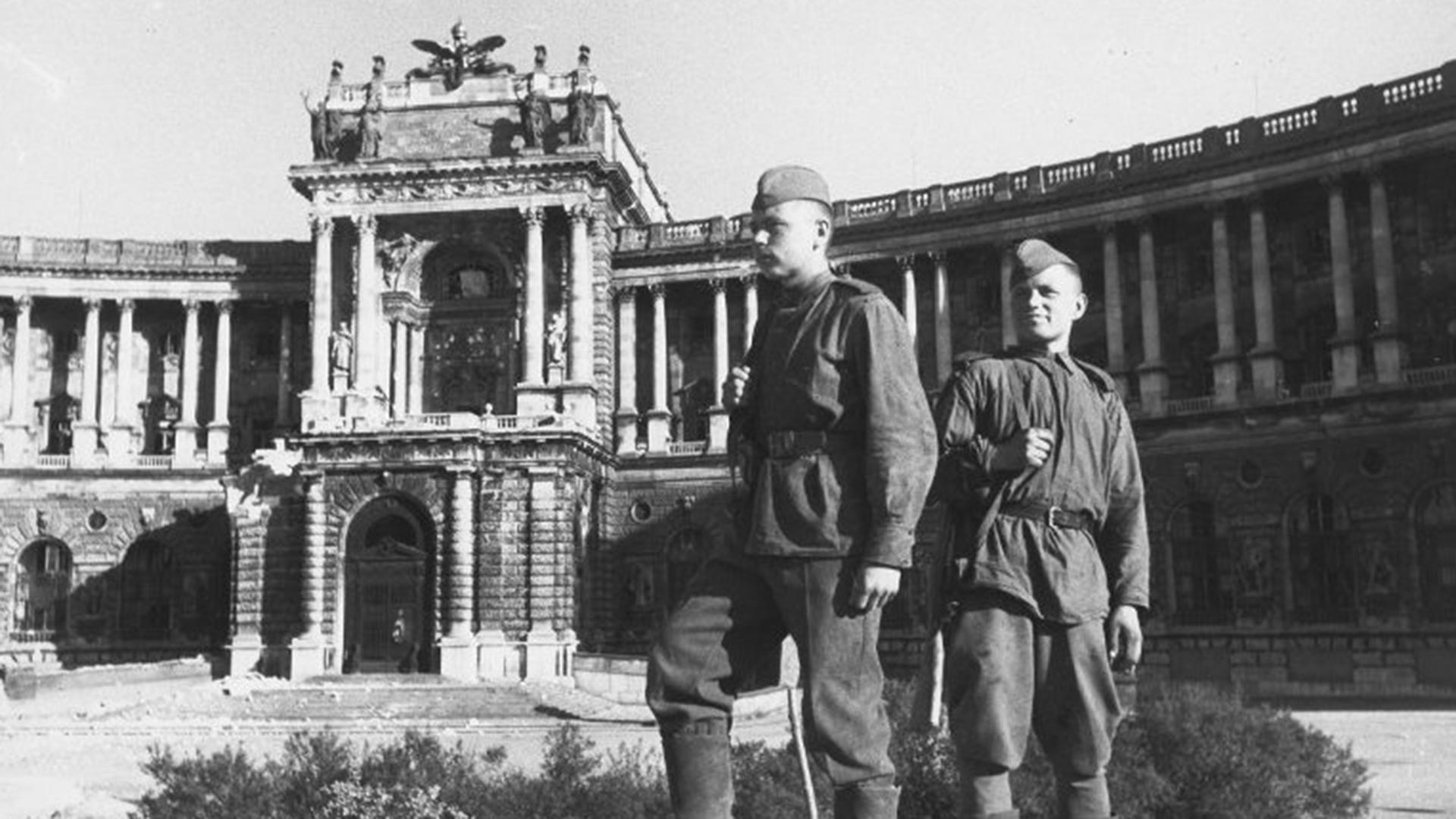 Soviet soldiers correspondents in front of Hofburg palace