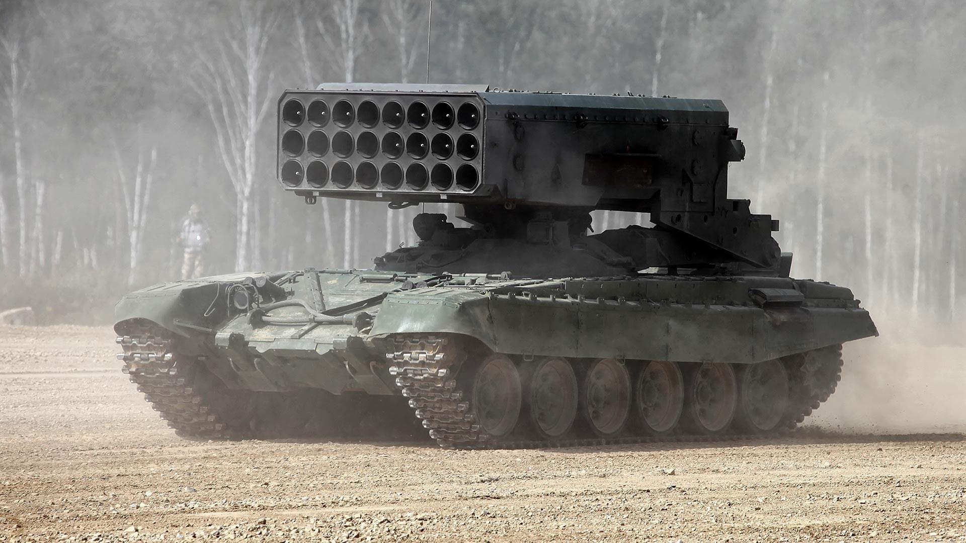 """Борбено возило БМ-1 на тешкиот повеќецевен ракетен лансер ТОС-1А """"Сонцепјок""""."""