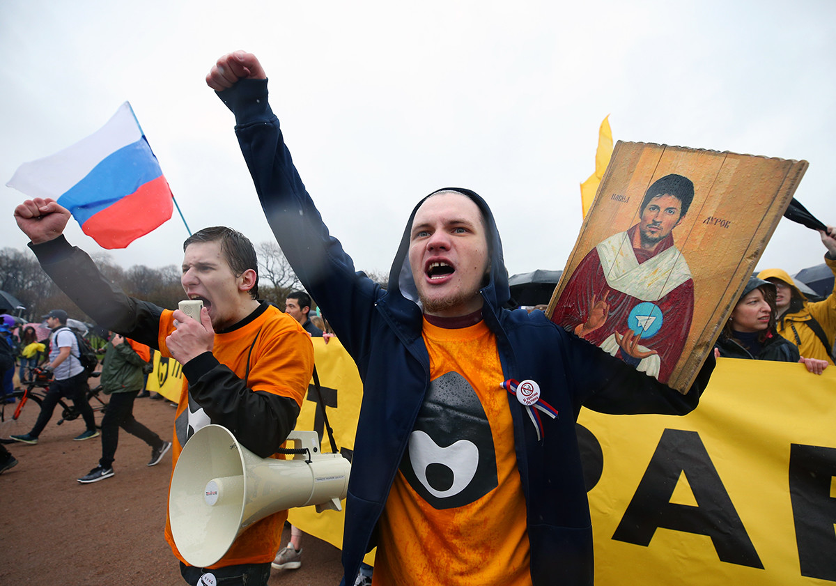 1. svibnja 2018. Ikona osnivača Telegrama Pavela Durova koju drži sudionik prvomajskih monstracija performansa mladih na Marsovom polju u Sankt-Peterburgu.