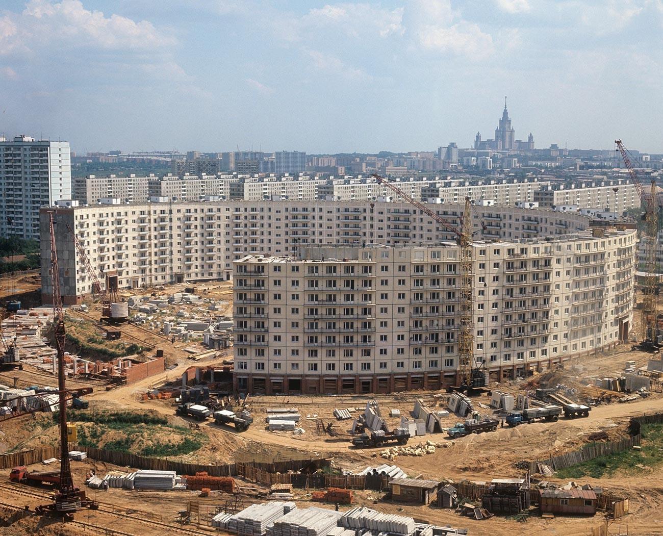 Bau eines kreisförmigen Hauses in der Neschinskaja-Straße in Moskau.