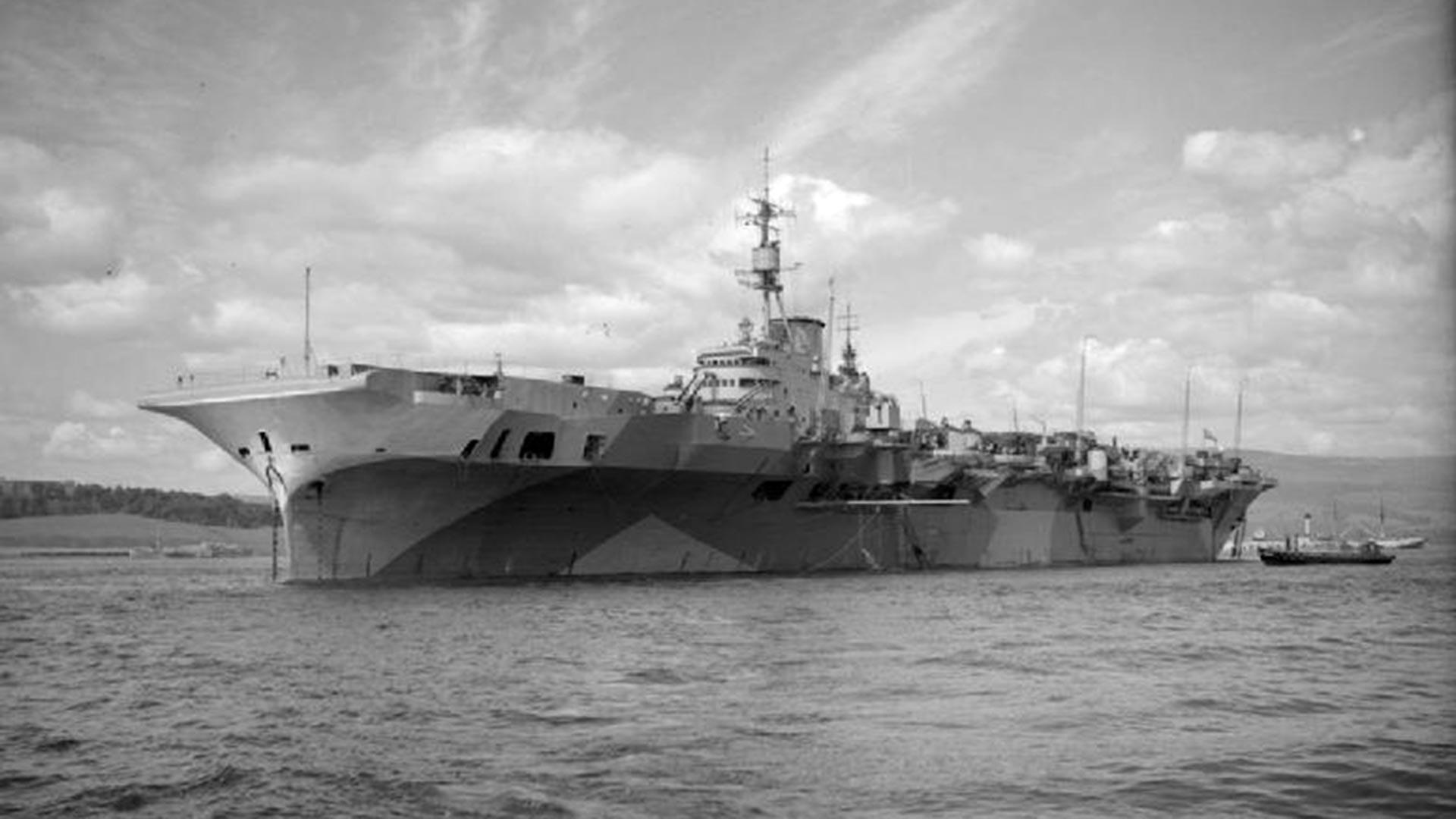 """Der britische Flugzeugträger HMS """"Implacable""""."""