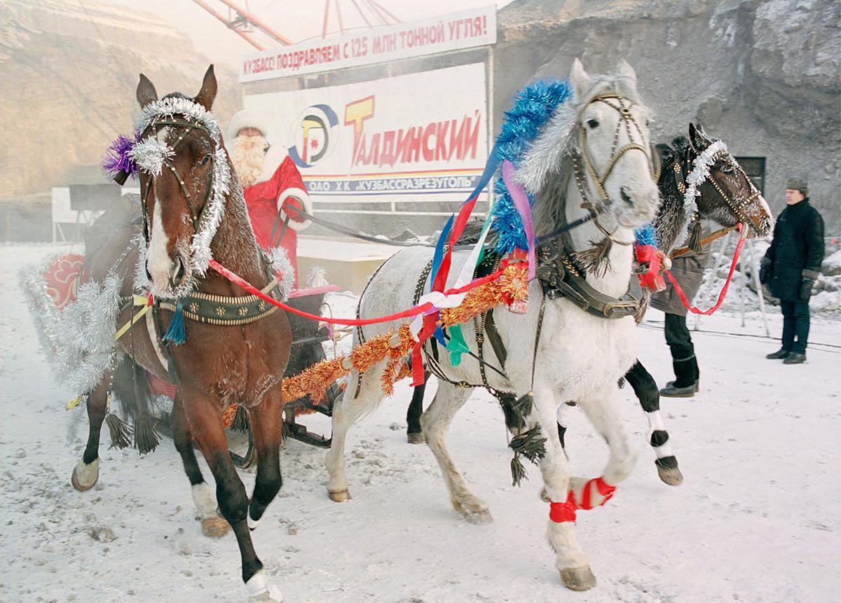 Le Grand-père Gel (équivalent russe du Père Noël) chevauche une troïka lors des célébrations du Nouvel An en Sibérie