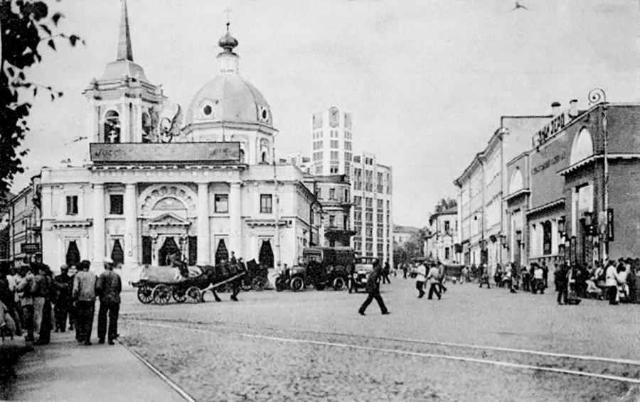 Le Khoudojestvenny (à droite) en 1925