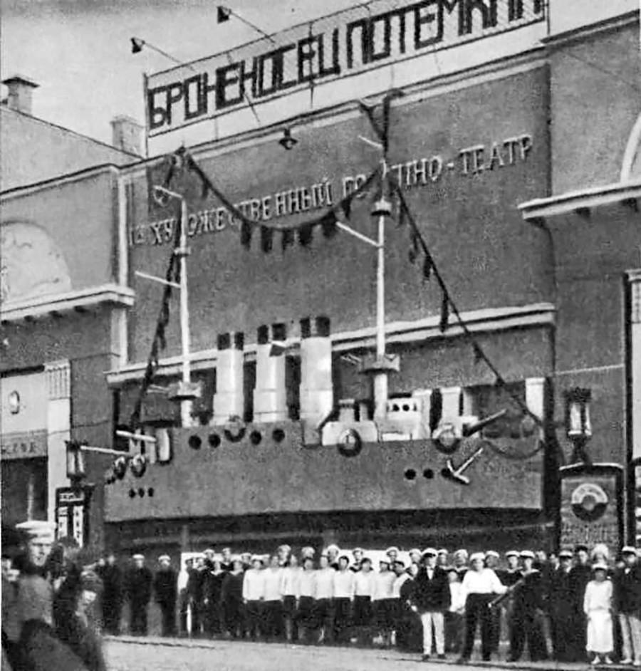 Maquette d'un cuirassé sur la façade du Khoudojestvenny en 1926 pour la première du Cuirassé Potemkine