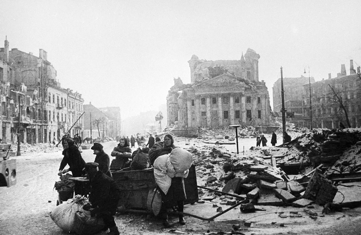 ナチスの占領から解放され、破壊された街路に立つワルシャワ市民
