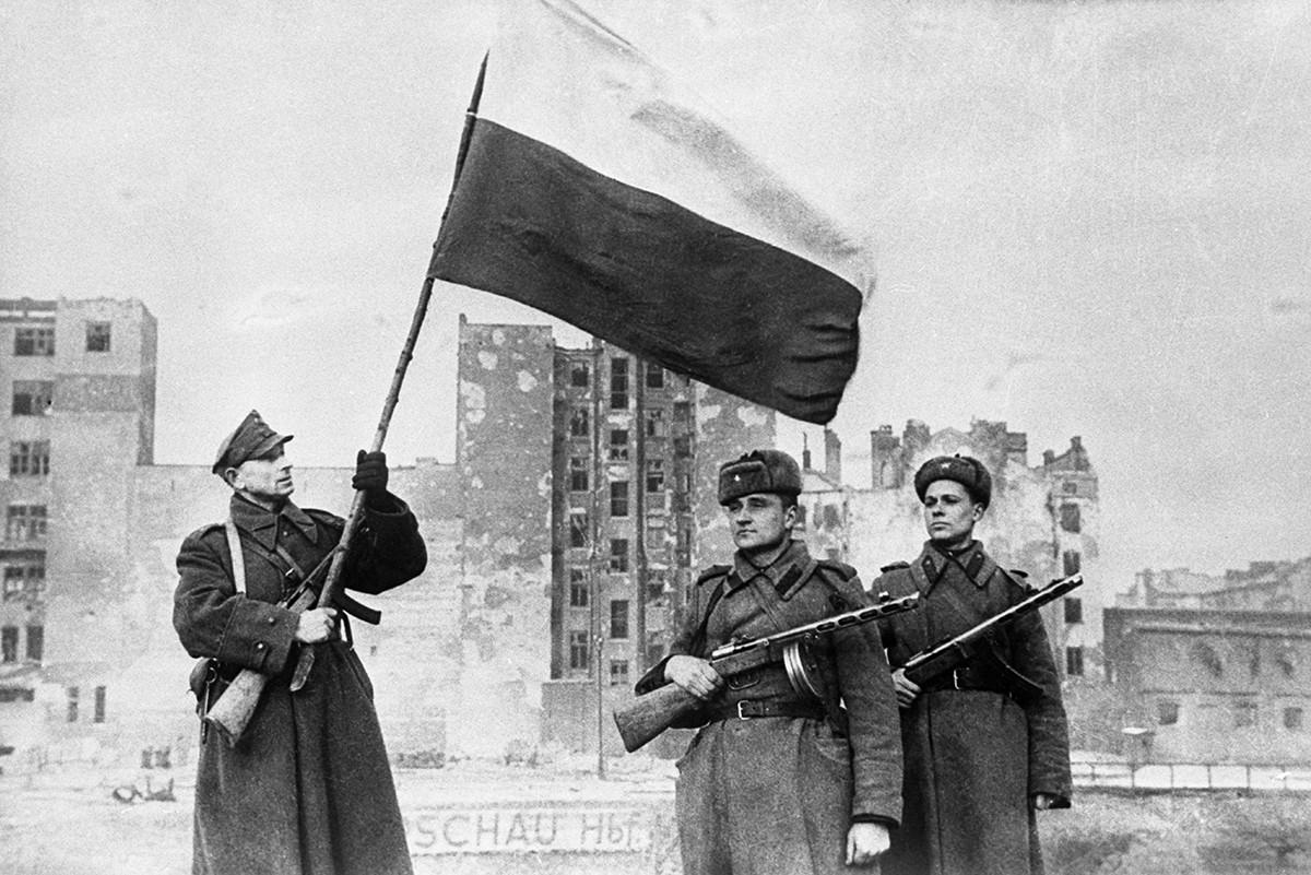 ワルシャワにはためくポーランド国旗