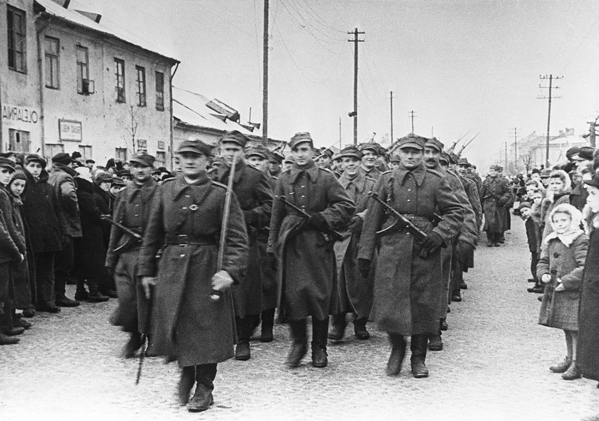 ワルシャワ解放を記念する軍のパレード