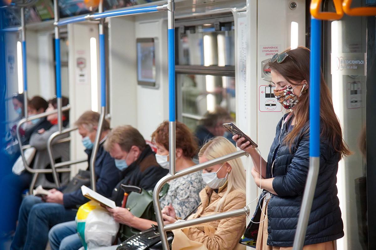 Poštivanje mjera zdravstvene zaštite u javnom prijevozu (nošenje maski i držanja fizičke distance), 6. listopada 2020. Moskva.