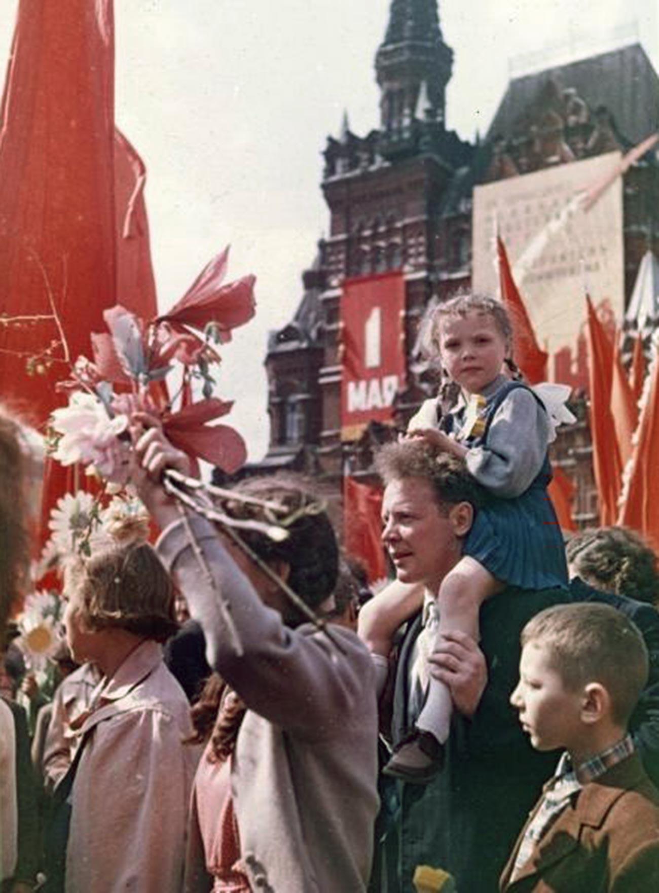 赤の広場で行われたメーデーのデモ、1954年