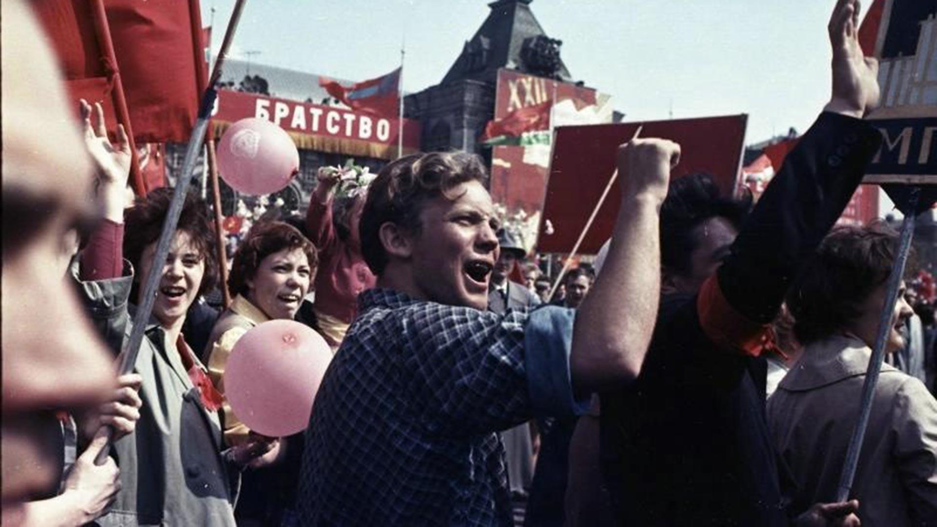 メーデーのデモ。バックには「友愛」というスローガンが見える、1950年代
