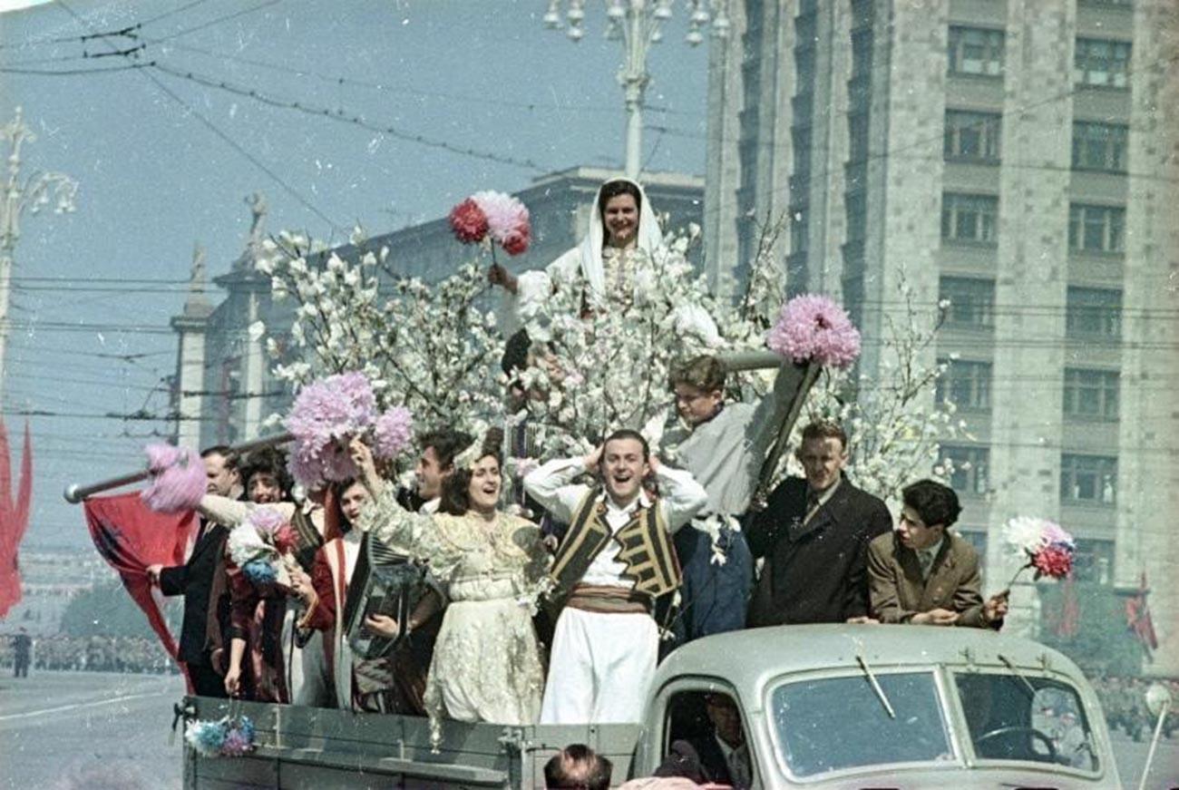「民族友好」。モスクワ中心部のデモで、民族衣装をつけた若者たち、1950年代