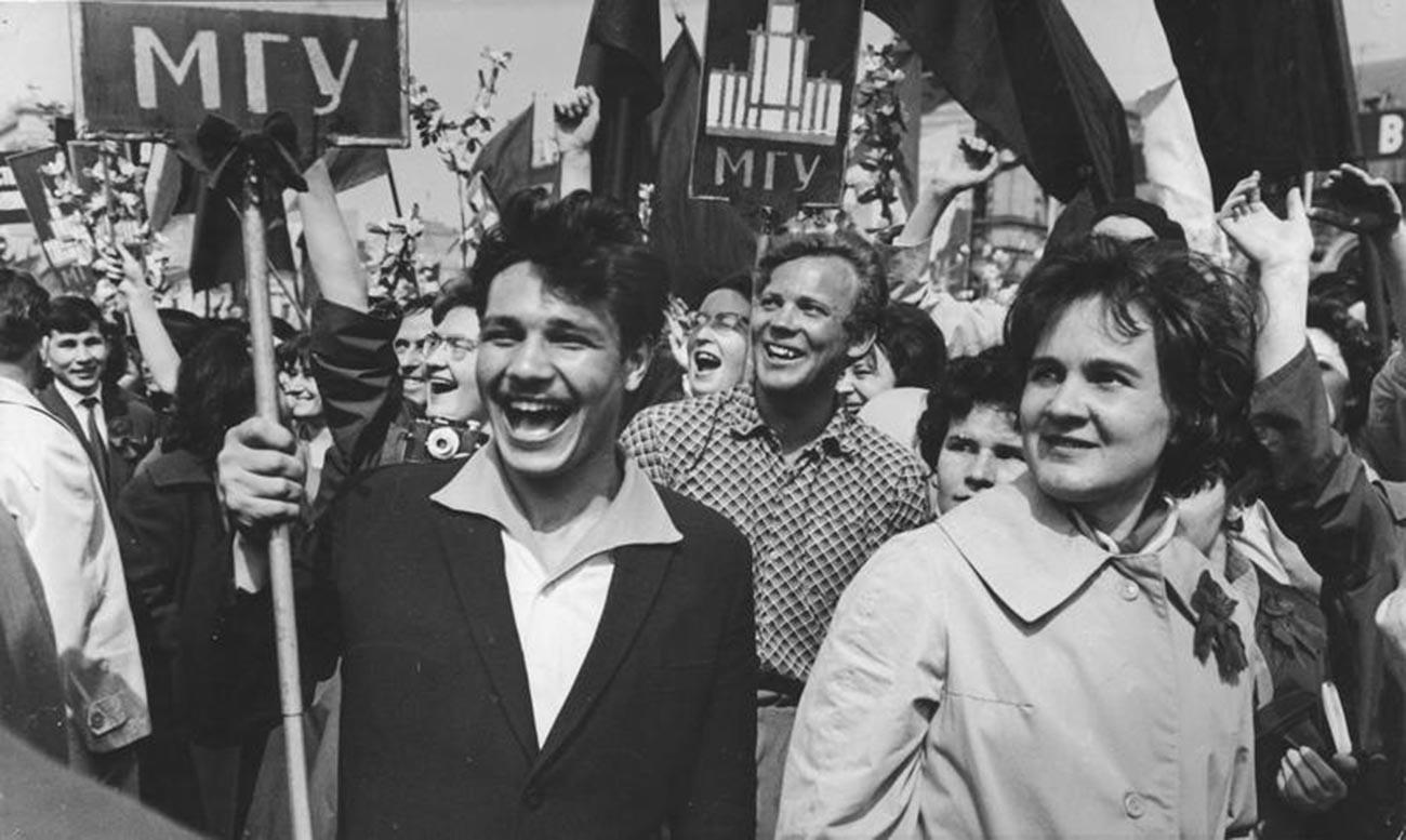 デモに参加するモスクワ国立大学の学生たち、1964年