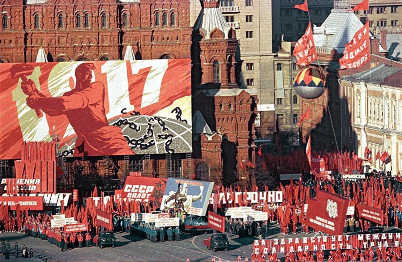赤の広場で開かれたメーデーのデモ、1967年