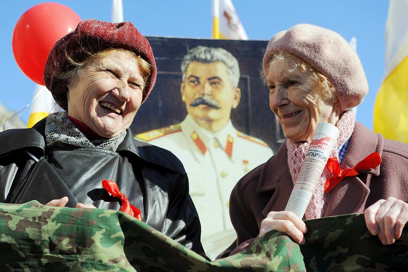 ペテルブルクで行われた5月1日の行進に参加するロシア共産党の支持者たち、2013年