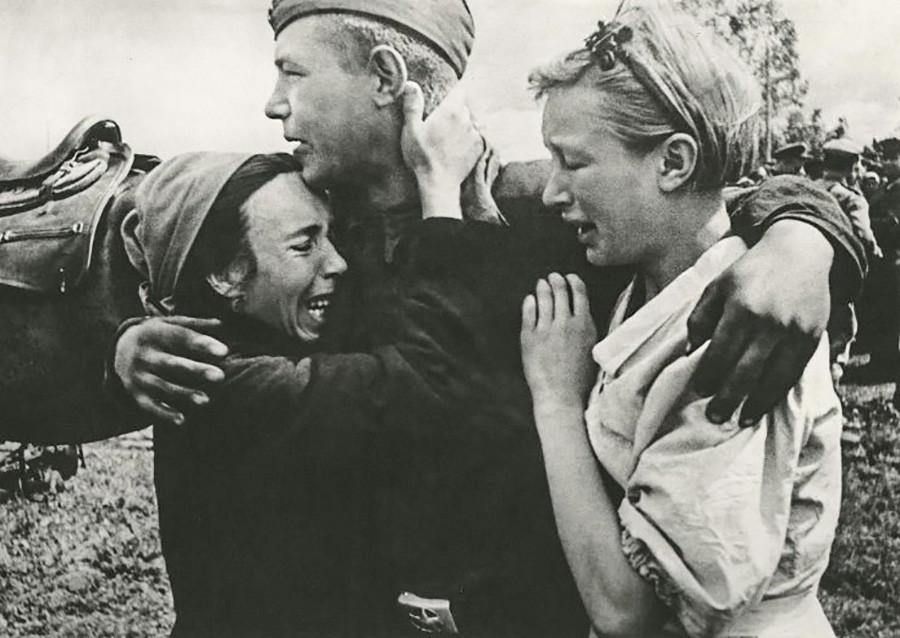 生還し、姉妹たちと再会した兵士