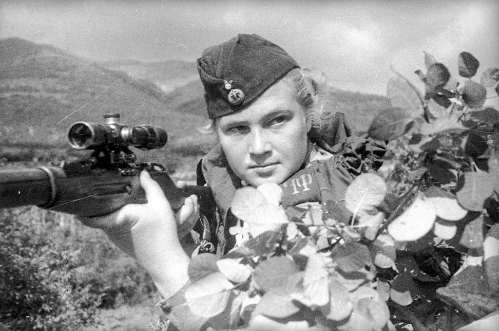 ライフルを構えてポーズをとる19歳の狙撃兵リーザ・ミロノワ
