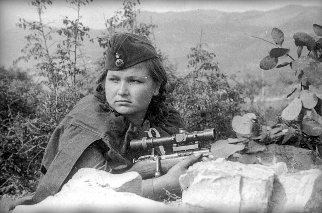 ライフルを構えてポーズをとる名狙撃兵ワレンチーナ・クサノワ
