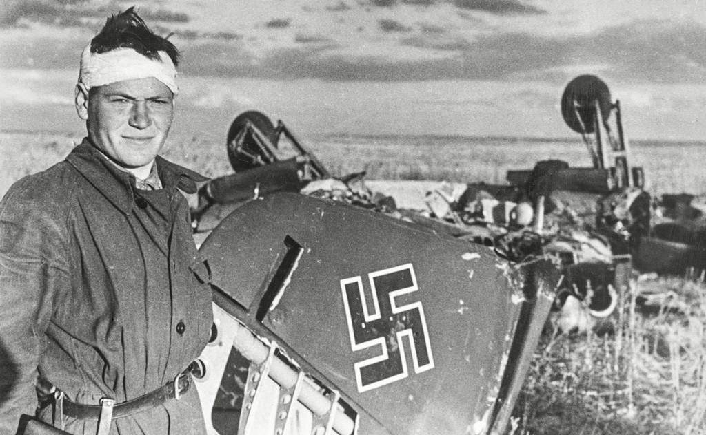 みずから撃墜したナチスのジェット戦闘機の傍でポーズをとるパイロット