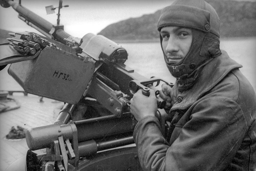 機銃を握ってポーズをとる北方艦隊の兵士