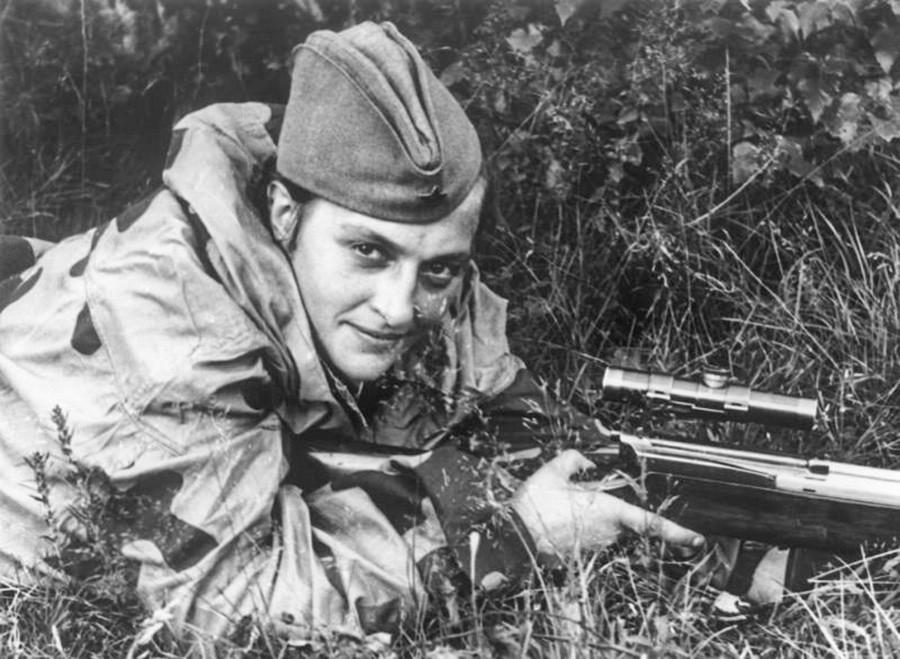 ライフルを構える女性狙撃兵リュドミラ・パヴリチェンコ