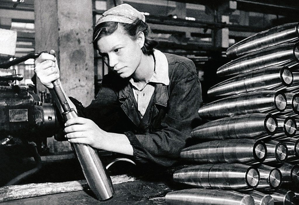 後方で弾薬を詰める女性労働者