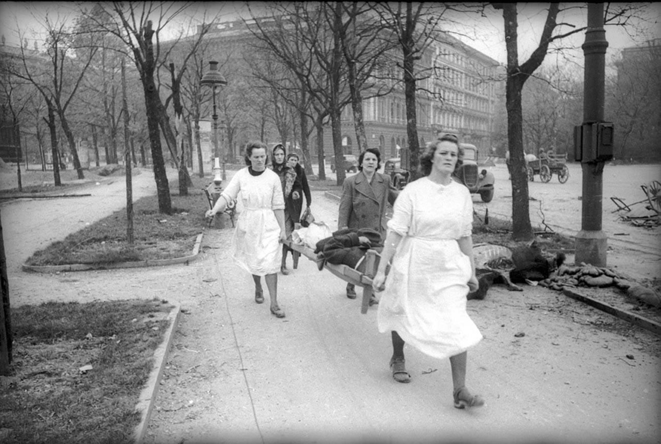 Des infirmières prennent soin d'un blessé
