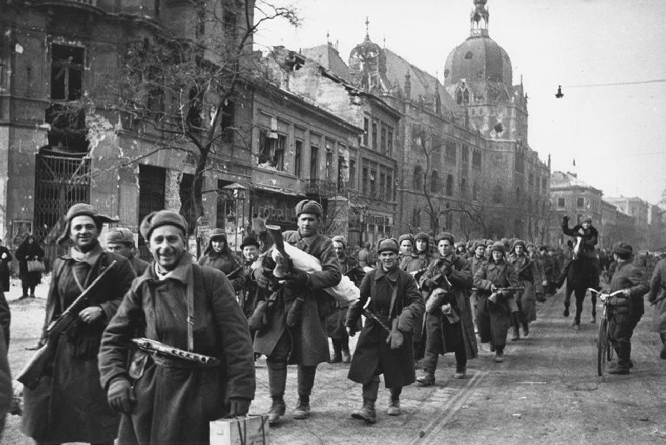 Des soldats soviétiques marchent à Budapest