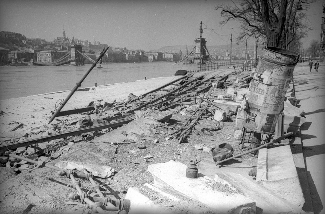 Un remblai à côté des ruines du pont aux chaînes Széchenyi