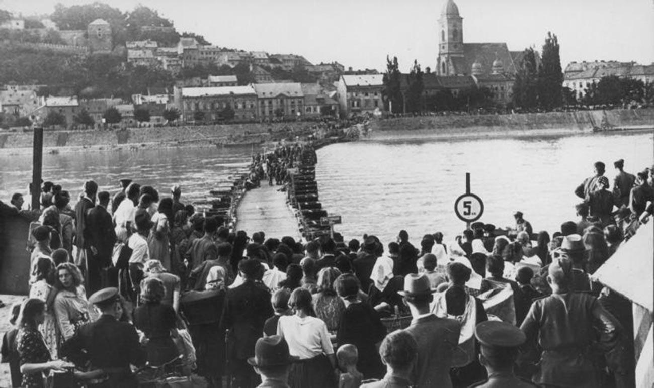Les Hongrois dans l'attente du déminage d'un pont flottant par des sapeurs soviétiques