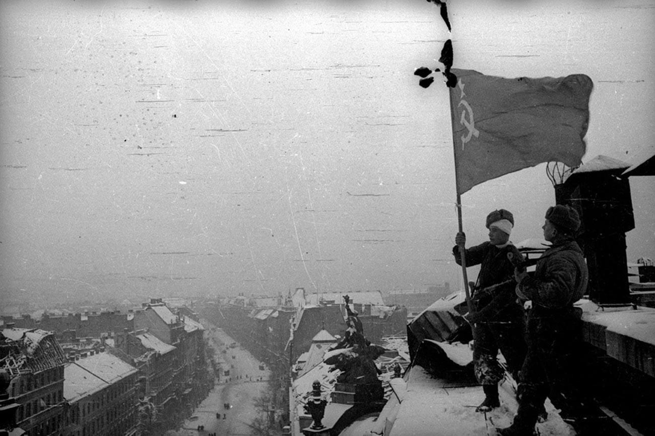 Drapeau soviétique au sommet du parlement hongrois