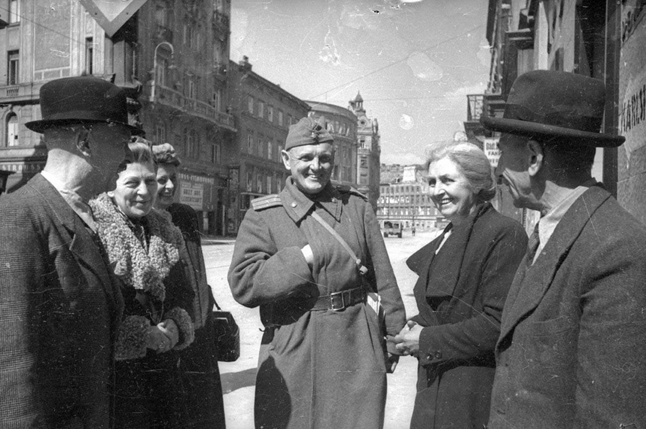 Des Hongrois parlent à un soldat soviétique