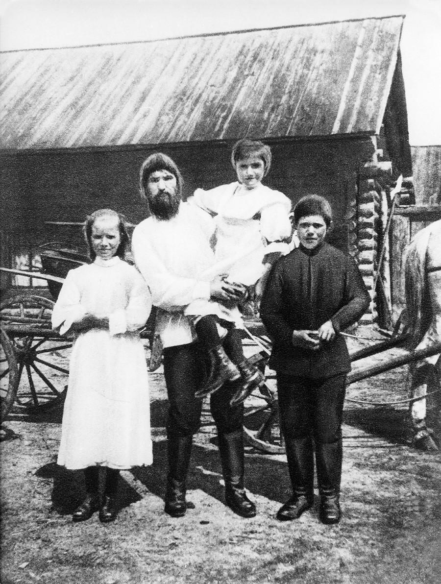 Grigori Rasputin mit seinen drei Kindern.