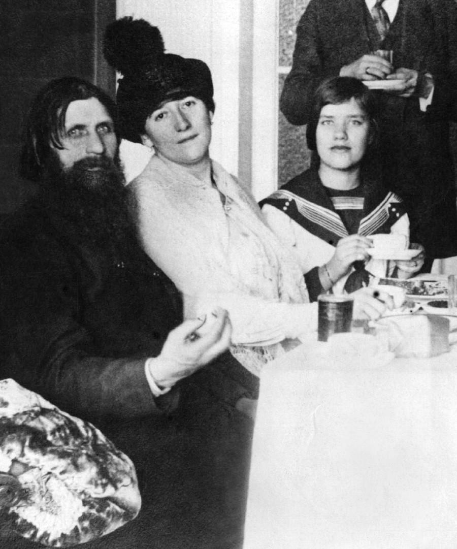 Grigori Rasputin mit seiner Frau und seiner Tochter Matrjona, ganz rechts, 1911.