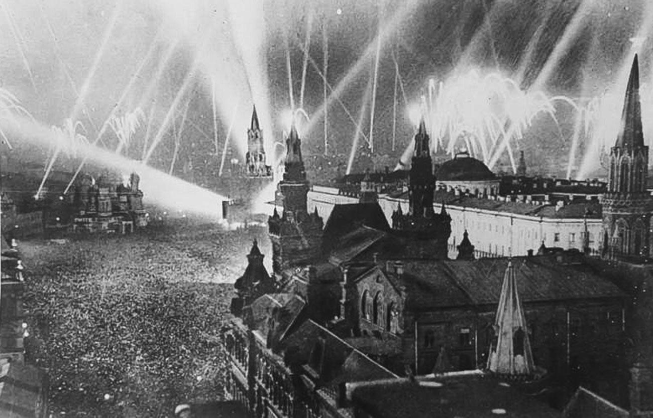 Fogos de artifício em celebração da Vitória em 9 de maio de 1945.