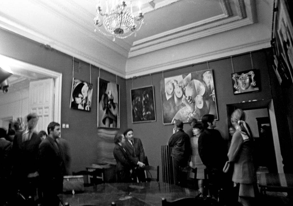 Orang-orang menghadiri pameran satu hari seniman Oleg Tselkov, yang kemudian dipaksa meninggalkan Uni Soviet