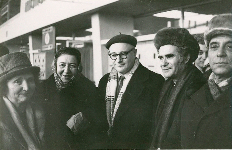 Ahli biologi terkenal Boris Zukerman dan teman-temannya berpose sebelum keberangkatan ke Israel.