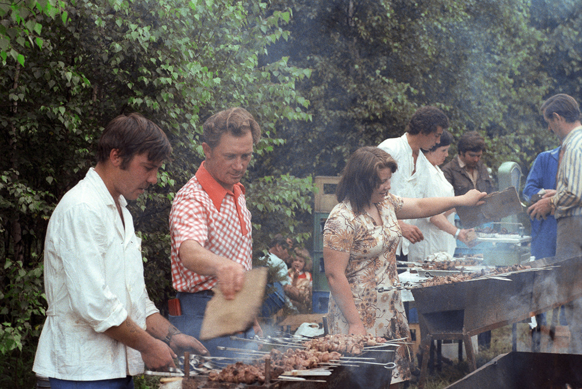 First German cosmonaut Sigmund Jähn making shashlik with Soviet friends in Star City outside Moscow. 1978. Just look how professionally he's fanning the flames!