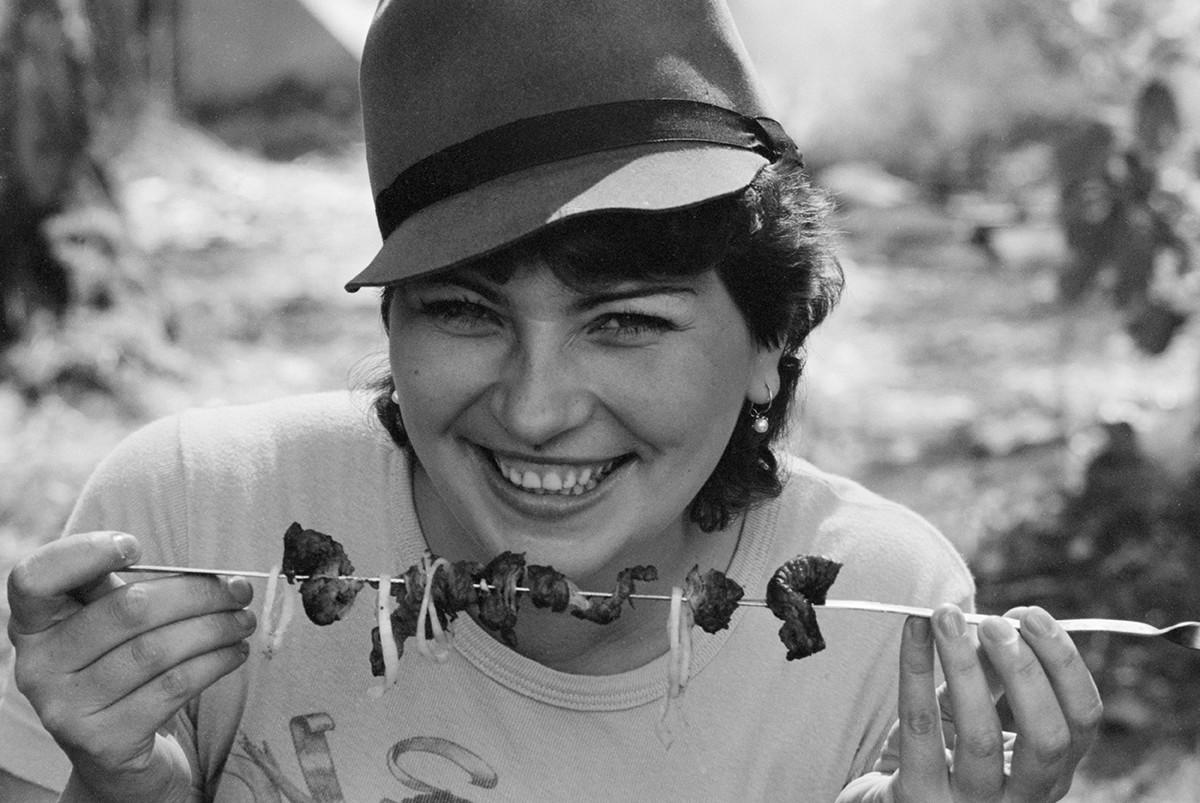 Москвичка Вера Щербакова кушает шашлык, 1985 год.