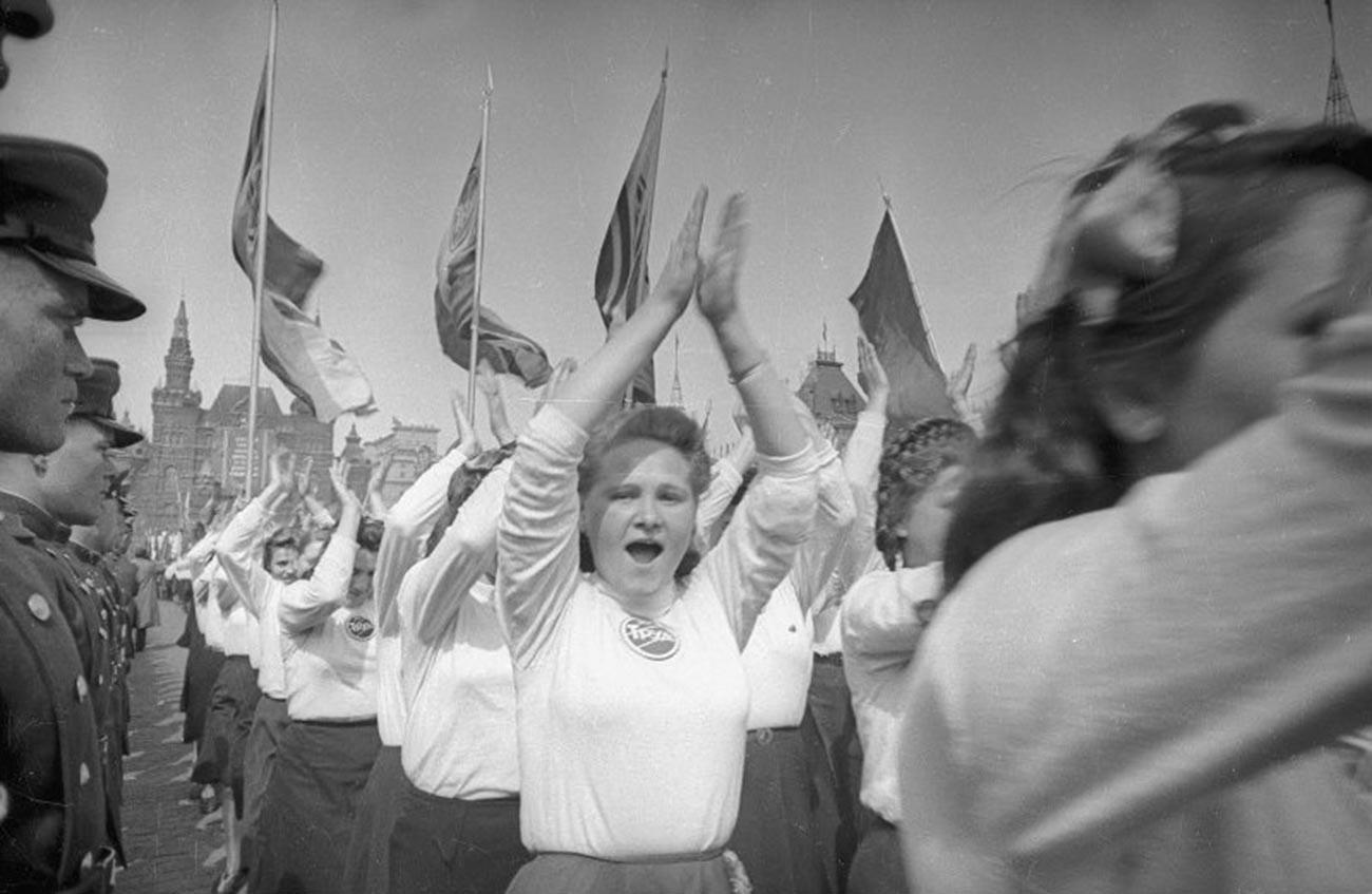 """Eine Gruppe von Athletinnen der Gesellschaft """"Trud"""" auf dem Roten Platz, 1949."""
