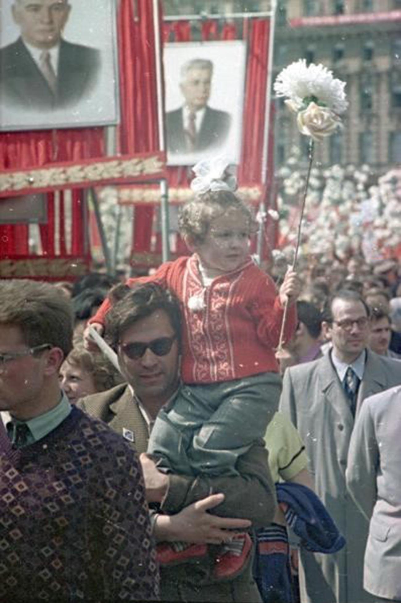 Ein Mann mit seiner Tochter bei einer Demonstration, 1950er Jahre.