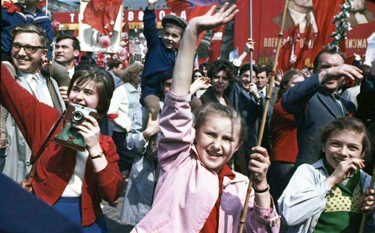 Jugend mit Bannern und Porträts von Wladimir Lenin, 1960.