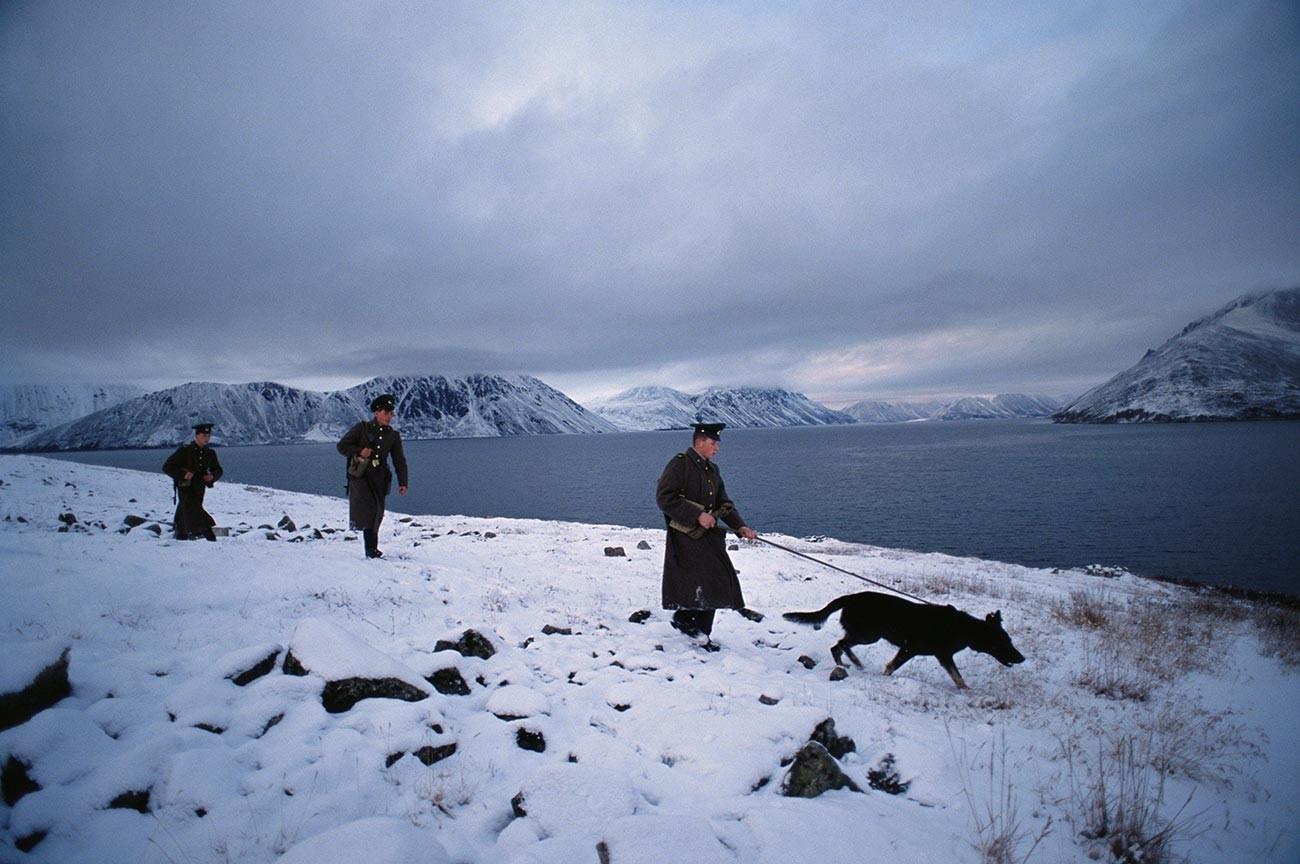 Gardes frontières d'URSS patrouillant le long de la mer de Béring dans la baie Providenia, en Tchoukotka