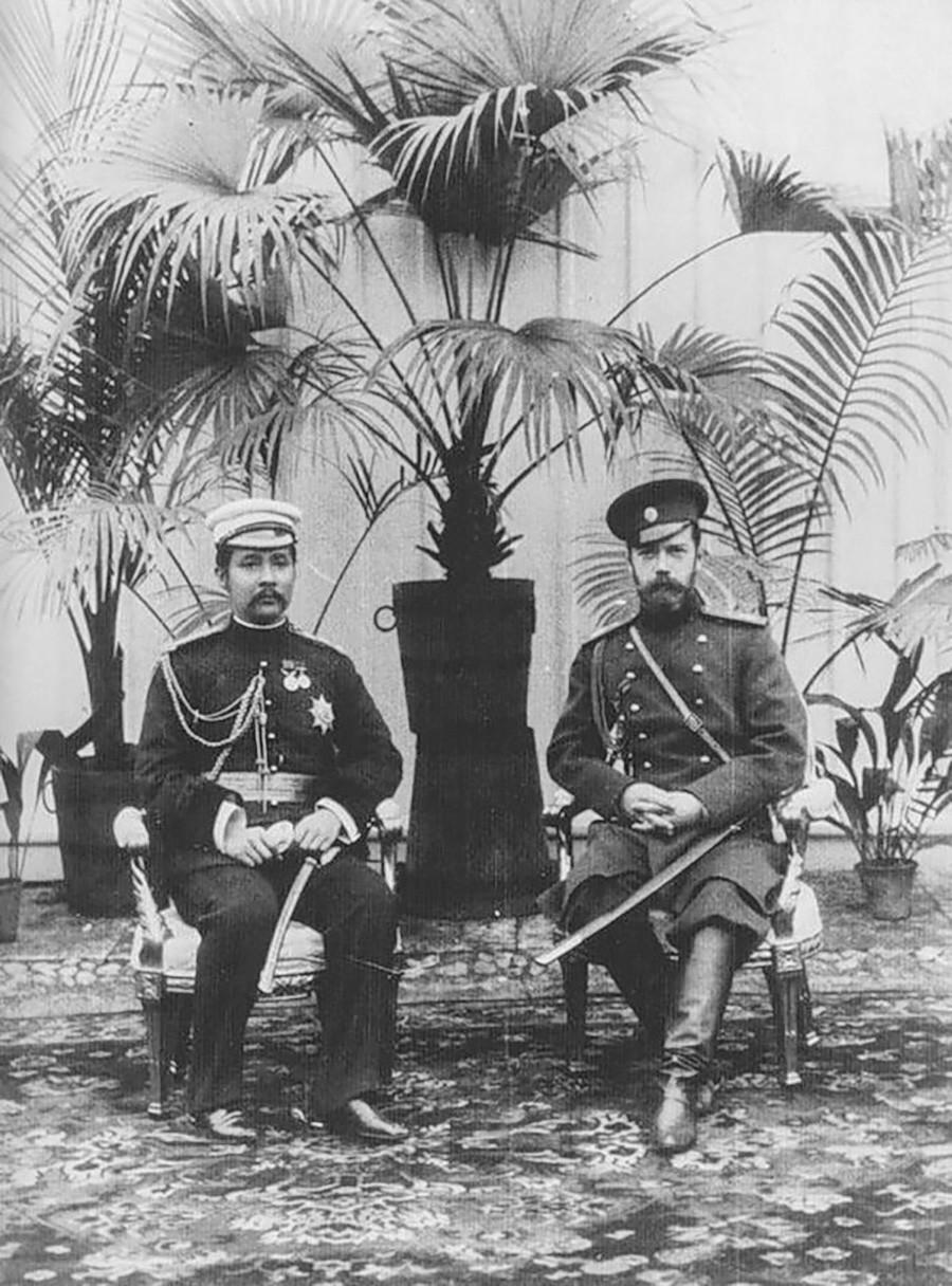 Чулалонгкорн с Николай II по време на първата си голяма обиколка в Петерхоф, Санкт Петербург, 1897 г.
